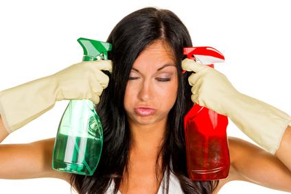 Eine junge Frau ist unglücklich den Hausputz übernehmen muss