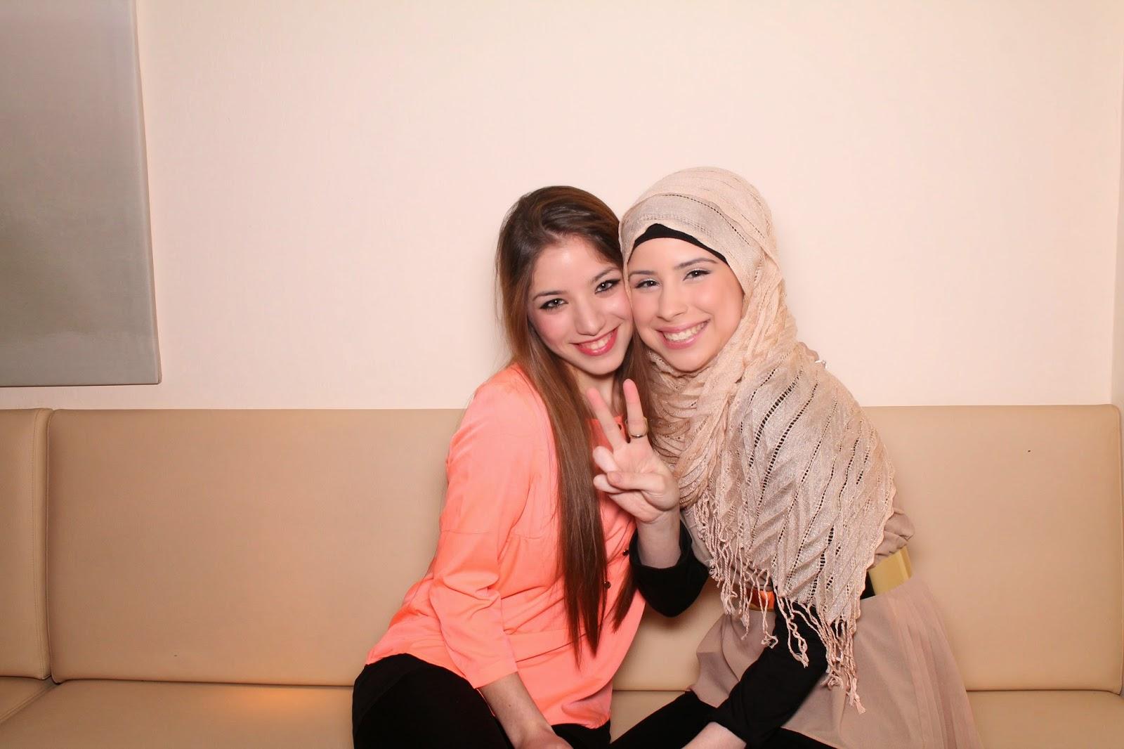Lamia und Amani, von wegen Peace die Aggressivität sprüht ihnen aus den Augen!